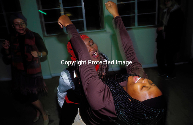 dippnig00085 Nightlife JOHANNESBURG, SOUTH AFRICA - MAY 4: Unidentified people dancing and partying at a  party  on May 4, 2002 in Midrand north of Johannesburg, South Africa. Teenagers.©Per-Anders Pettersson/iAfrika Photos