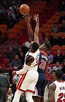 Bam Adebayo (C/F Miami Heat, #13) gegen Ian Mahinmi (C, Washington Wizards, #28) - 22.01.2020: Miami Heat vs. Washington Wizards, American Airlines Arena