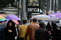 SÃO PAULO, SP, 16.07.2019: FRIO-AVENIDA-PAULISTA-SP - Pedestres engrentam frio e garoa na avenida Paulista, região central de São Paulo, na tarde desta terça-feira, 16. (Foto: Fábio Vieira/FotoRua)
