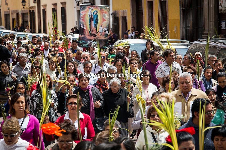 Quer&eacute;taro, Qro. 20 de marzo de 2016.-  El obispo de la Di&oacute;cesis de Quer&eacute;taro, Faustino Armend&aacute;riz, celebr&oacute; este medio d&iacute;a el ritual del Domingo de Ramos, de acuerdo a la tradici&oacute;n cat&oacute;lica. De esta manera inician las conmemoraciones de la Semana Mayor.<br /> <br /> Foto: Demian Ch&aacute;vez.