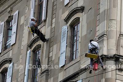 Genève, le 13.05.2009.Réfection d'une façade d'un immeuble du centre ville par des spécialistes en travaux acrobatiques, place des casemattes..© Le Courrier / J.-P. Di Silvestro