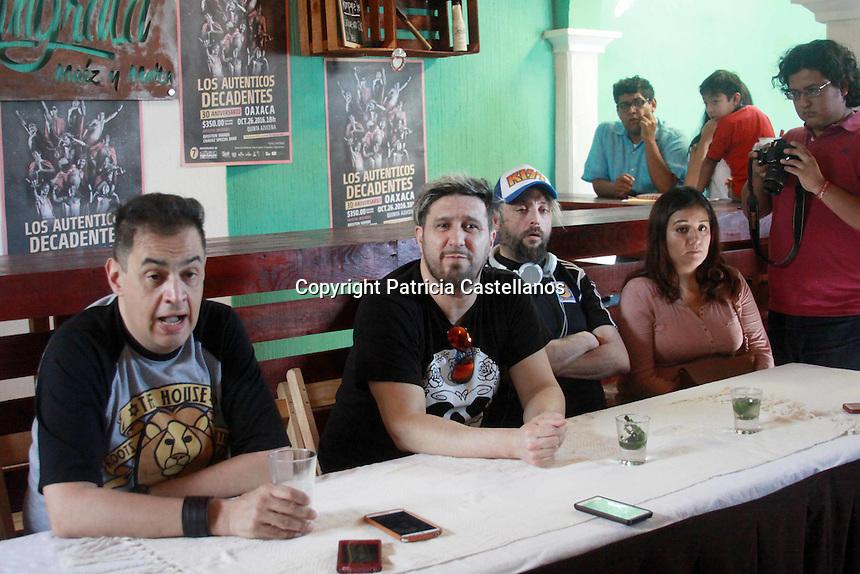 Oaxaca de Ju&aacute;rez, Oax. 26/10/2016.- Previo a que ofrezcan su espect&aacute;culo musical como parte de su tour por la Rep&uacute;blica Mexicana denominado &ldquo;Por siempre decadentes&rdquo; en homenaje a sus 30 a&ntilde;os de trayectoria, los integrantes de la agrupaci&oacute;n argentina de rock alternativo y fusi&oacute;n &ldquo;Los Aut&eacute;nticos Decadentes&rdquo;, quienes a su vez presentaran en Oaxaca por primera vez su espect&aacute;culo, manifestaron en conferencia de prensa su entusiasmo por tocar en este estado al sur del pa&iacute;s, y adelantaron que en su show interpretaran sus canciones m&aacute;s exitosas.<br /> <br />  <br /> <br /> En tanto, los miembros de la banda argentina, comentaron que M&eacute;xico en general es un pa&iacute;s que les agrada mucho, refiriendo que la primer vez que tocaron en el auditorio nacional fue muy emotivo, por lo que conocer lugares como Oaxaca para ellos es algo muy grato.<br /> <br />  <br /> <br /> Por otra parte, al cuestionarles respecto a su perspectiva de los movimientos pol&iacute;ticos sociales que el pa&iacute;s y la entidad ha vivido, en espec&iacute;fico el caso de Oaxaca con la lucha magisterial contra el Estado, manifestaron que se identifican con esta ideolog&iacute;a como todos los habitantes de Latinoam&eacute;rica, detallando que en su pa&iacute;s de origen han vivido transiciones muy fuertes debido los cortes hist&oacute;ricos y cambios de gobierno.<br /> <br />  <br /> <br /> En el tema de los maestros nos parecemos en miles de cosas, lamentablemente es la opresi&oacute;n del sistema, pero son cuestiones que de a poco se va salir de ello, y las nuevas generaciones van a salvarlo, porque hay un estado de conciencia, por ejemplo nosotros en argentina vivimos dictaduras, situaciones muy dif&iacute;ciles, desaparecidos, ahora ac&aacute; en M&eacute;xico tambi&eacute;n hay y sigue habiendo desaparecidos por cuestiones del narcotr&aacute;fico, pero all&aacute; fue por cuestiones de la pol&iacute;