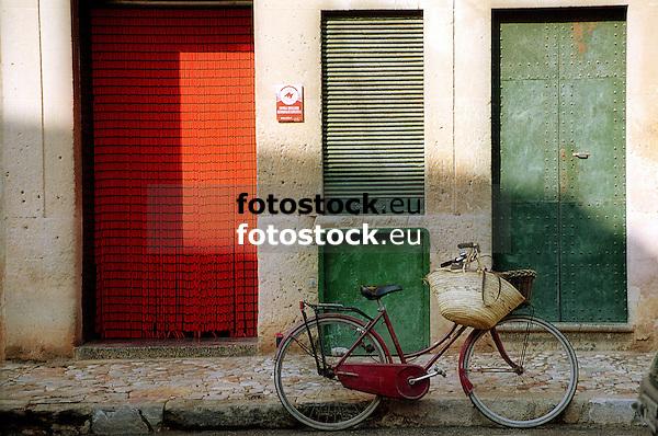Bicycle in front of a baker's shop<br /> <br /> Bicicleta delante de una panader&iacute;a<br /> <br /> Fahrrad vor einer B&auml;ckerei<br /> <br /> 2112 x 1400 px<br /> Original: 35 mm