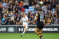 Rhys Priestland of Bath Rugby slots a drop goal. Aviva Premiership match, between Wasps and Bath Rugby on October 1, 2017 at the Ricoh Arena in Coventry, England. Photo by: Patrick Khachfe / Onside Images