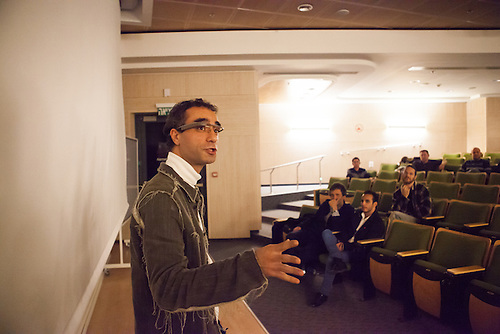 tel Aviv, Israel, Jan 2014. Alexander presente son idee dans un meetup: une application utilisant les google glass qui permet a un avocat de conseiller son client en direct. Dans ces meetup, les entrepreneurs presentent des idees a de potentiels acheteurs.