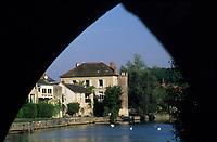 Europe/France/Ile-de-France/77/Seine-et-Marne/Moret-sur-Loing: Maisons sur les bords du Loing