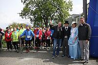 HR4 Programmchef Martin Lauer (l.), Oberbürgermeister Patrick Burghardt(r.) und das Hessentagspaar 2017 Selma Kücükyavuz und Marcel Sedlmayer am Start zum HR4-Walking Day