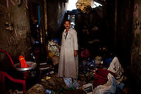 2011 Mokattam Garbage City (alla periferia del Cairo) il quartiere copto dove si vive in mezzo alla spazzatura raccolta: un uomo in casa in mezzo alla spazzatura.The Coptic Cairo, suburbs where people live in the middle of the garbage collection: a man in a house in the midst of the junk.