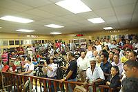 JANDIRA, SP - 25.01.2012 - ANABEL SABATINE / CASSACAO ARQUIVADA - Moradores encheram a camara municipal de Jandira para acompanhar a sessao. A Camara Municipal de Jandira, na Grande Sao Paulo, arquivou nesta quarta-feira (25) o pedido de cassacao da prefeita Anabel Sabatine (PSDB). Foram seis votos a favor e quatro contra. A sessao durou cerca de tres horas e meia. (Foto: Renato Silvestre/NewsFree)