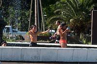 BUENOS AIRES, ARGENTINA, 19.12.2013 - CLIMA TEMPO - BUENOS AIRES - As crianças brincam em uma fonte no centro de Buenos Aires para suportar a onda de calor que trouxe temperaturas anormalmente elevadas para a cidade. (Foto: Patricio Murphy / Brazil Photo Press)