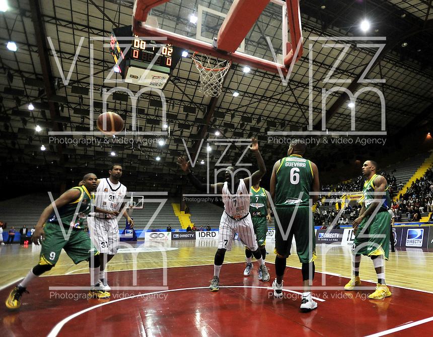 BOGOTA - COLOMBIA: 10-05-2013: Fahnbulleh (Der.) y Arteaga (2Izq.) de Piratas de Bogotá, disputa el balón con Ortiz (Izq.) de Bambuqueros de Neiva mayo  10 de 2013. Piratas de Bogota y Bambuqueros de Neiva disputaron partido de la fecha 13 de la fase II de la Liga Directv Profesional de baloncesto en partido jugado en el Coliseo El Salitre. (Foto: VizzorImage / Luis Ramirez / Staff). Fahnbulleh (R) and Arteaga (2L) of Pirates from Bogota disputes the ball with Ortiz (L) of Bambuqueos from Neiva, May 10, 2013. Piratas from Bogota and Bambuqueros from Neiva disputed a match for the 13 date of the Fase II of the League of Professional Directv basketball game at the Coliseo El Salitre. (Photo. VizzorImage / Luis Ramirez / Staff) .