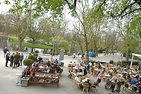 AMSTERDAM-HOLANDA. Gente disfruta del comienzo de la primavera en el Vandelpark en Amsterdam./ People enjoy the early spring in Vandelpark, Amsterdam.  Photo: VizzorImage /STR