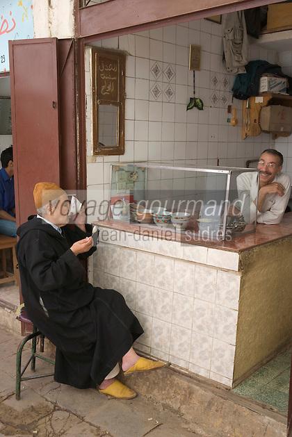 Afrique/Afrique du Nord/Maroc/Fèz: Dans la médina petit déjeuner chez le marchand de thé