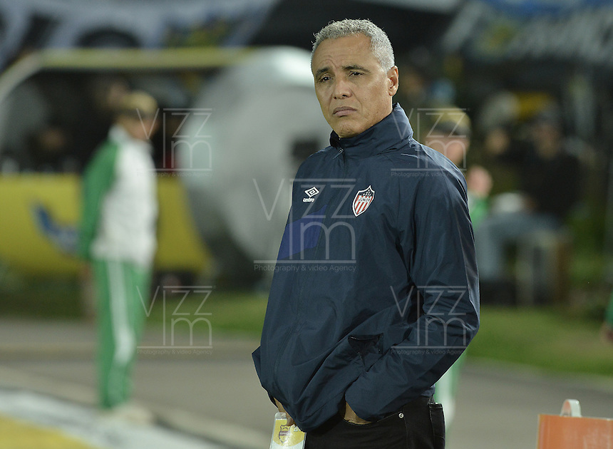 BOGOTA - COLOMBIA -09 -09-2015: Alexis Mendoza técnico de Atlético Junior gesticula durante partido con Millonarios por la fecha 11 de la Liga Águila II 2015 jugado en el estadio Nemesio Camacho El Campín de la ciudad de Bogotá./ Alexis Mendoza coach of Atletico Junior gestures during the match against Millonarios for the 11th date of the Aguila League II 2015 played at Nemesio Camacho El Campin stadium in Bogota city. Photo: VizzorImage / Gabriel Aponte / Staff.