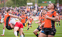 Picture by Allan McKenzie/SWpix.com - 13/05/2017 - Rugby League - Ladbrokes Challenge Cup - Castleford Tigers v St Helens - The Mend A Hose Jungle, Castleford, England - Castleford's Luke Gale offloads the ball as he's hit by St Helens's Tommy Makinson.