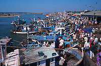 INDIA Karnataka, Mangaluru, Mangalore, fishing harbour with fishing boats / INDIEN, Fischereihafen Mangalore, Fischerboote landen ihren Fang an