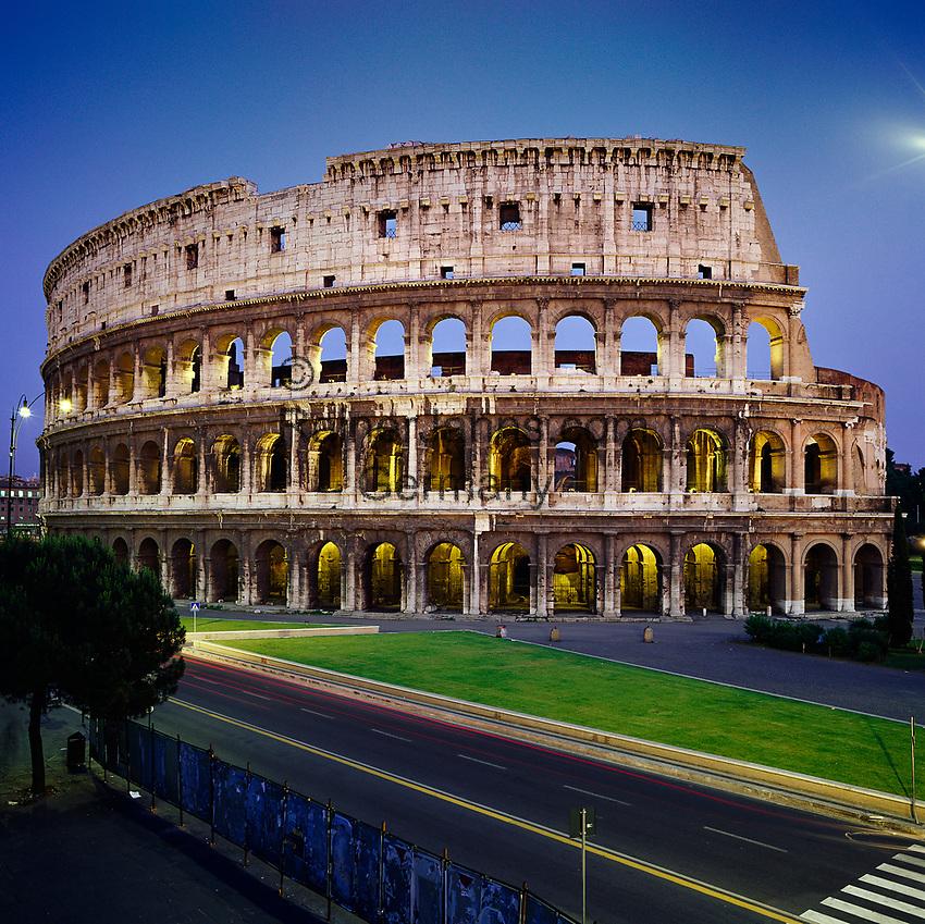 Italy, Lazio, Rome: The Colosseum at night | Italien, Latium, Rom: Das Kolosseum am Abend