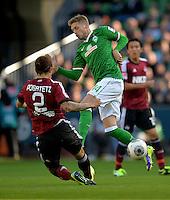 FUSSBALL   1. BUNDESLIGA   SAISON 2013/2014   7. SPIELTAG SV Werder Bremen - 1. FC Nuernberg                    29.09.2013 Emmanuel Pogatetz (li, 1. FC Nuernberg) gegen Aaron Hunt (re, SV Werder Bremen)