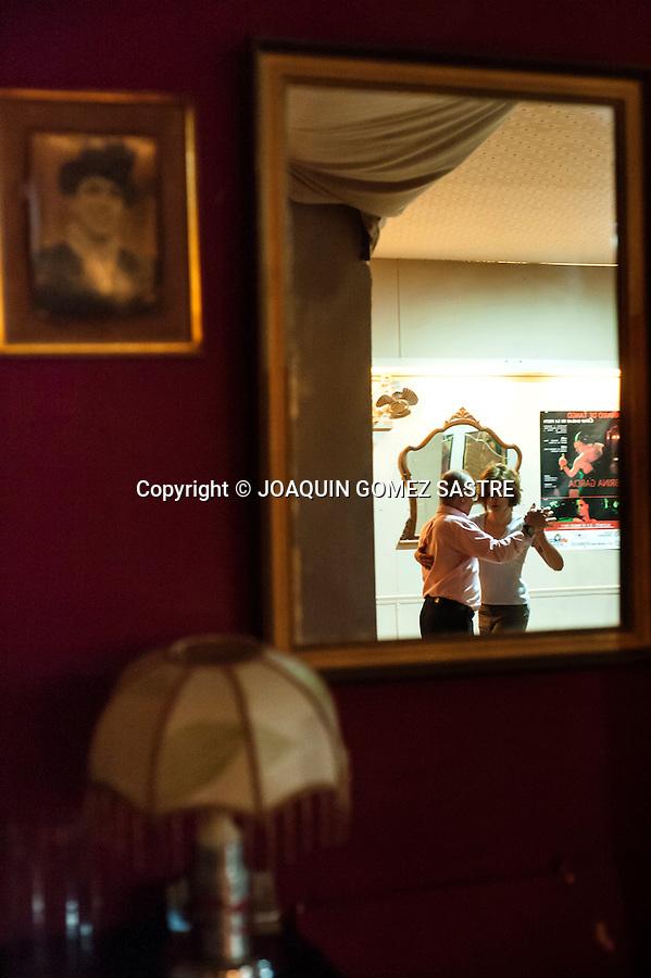 Andrea Sraier giving a tango classes in the local Asociation Friends of Tango in Alicante.<br />  PHOTO &copy; JOAQUIN GOMEZ  SASTRE