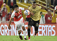 BOGOTÁ - COLOMBIA, 08-04-2018: Nicolas Gil (Izq.) jugador de Santa Fe disputa el balón con Daniel Lloreda (Der.) jugador del Rionegro durante el encuentro entre Independiente Santa Fe y Rionegro Águilas por la fecha 13 de la Liga Águila I 2018 jugado en el estadio Nemesio Camacho El Campin de la ciudad de Bogotá. / Nicolas Gil (L) player of Santa Fe struggles for the ball with Daniel Lloreda (R) player of Rionegro during match between Independiente Santa Fe and Rionegro Aguilas for the date 13 of the Aguila League I 2018 played at the Nemesio Camacho El Campin Stadium in Bogota city. Photo: VizzorImage/ Gabriel Aponte / Staff