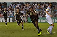 SANTOS, SP, 15 DE SETEMBRO DE 2013 - CAMPEONATO BRASILEIRO - SANTOS x BOTAFOGO: Elias (c) se machuca ao marcar o segund gol do Botafogo durante partida Santos x Botafogo, válida pela 21ª rodada do Campeonato Brasileiro de 2013, disputada no estádio da Vila Belmiro em Santos. FOTO: LEVI BIANCO - BRAZIL PHOTO PRESS.