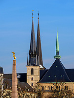 Gotische Kathedrale Notre Dame und Mahnmal G&euml;lle Fra auf der Place de la Constitutio, Luxemburg-City, Luxemburg, Europa, UNESCO-Weltkulturerbe<br /> Gothic cathedral Notre Dame and Memorial G&euml;lle Fra on Place de la Constitutio, Luxembourg City, Europe, UNESCO Heritage Site