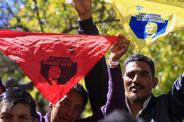 QUI02. QUITO (ECUADOR), 20/08/2012.- Simpatizantes del presidente ecuatoriano, Rafael Correa, participan en una manifestación..hoy, lunes 20 de agosto de 2012, en la afueras del Palacio de Gobierno en Quito (Ecuador). Con pancartas y fotografías del fundador del portal Wikileaks, Julian Assange, los manifestantes apoyaron su respaldo a la concesión del asilo diplomático a Assange. EFE/José Jácome
