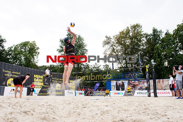 25.07.2020, Düsseldorf / Duesseldorf, Merkur Spiel-Arena<br /> Beachvolleyball, comdirect Beach Tour, Top Teams, Paul Becker / Jonas Schröder / Schroeder vs. Nils Ehlers / Lars Flüggen / Flueggen <br /> <br /> Aufschlag / Service Nils Ehlers<br /> <br />   Foto © nordphoto / Kurth