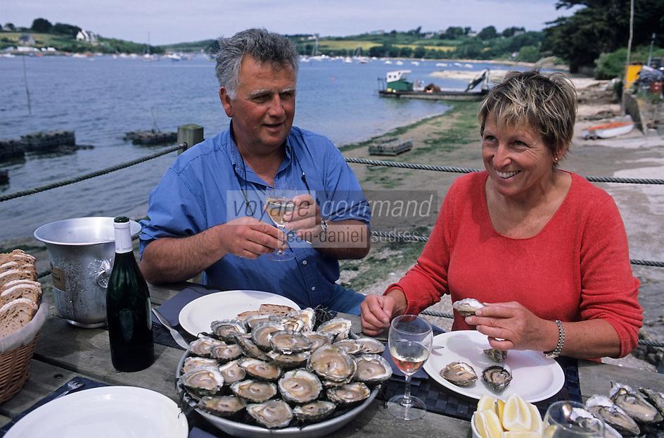 Europe/France/Bretagne/29/Finistère/Lannilis/Prat-Ar-Coum: Yvon Madec ostréiculteur et son épouse lors d'une dégustation d'huitres-Huitres de Prat-Ar-Coum [Non destiné à un usage publicitaire - Not intended for an advertising use]