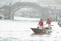 Bateau a rames traditionnel (sandolo) devant le pont des 3 arches (Venise, Octobre 2006)