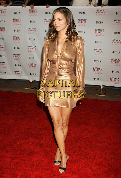 HALLE BERRY.The 33rd Annual People's Choice Awards held at The Shrine Auditorium, Los Angeles, California, USA..January 9th, 2007.full length gold metallic dress .CAP/ADM/RE.©Russ Elliot/AdMedia/Capital Pictures