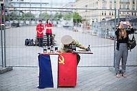 Besucher am Samstag (15.06.13) vor dem Brandenburger Tor in Berlin. Foto: Maja Hitij/CommonLens