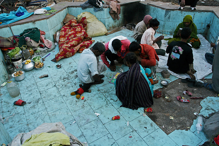 15.12.2008 Delhi(Haryana)<br /> <br /> People playing game in a fond in old Delhi.<br /> <br /> Personnes jouant dans un bassin dans vieux Delhi.