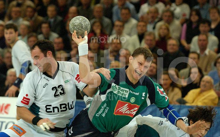 Handball Maenner 1. Bundesliga 2002/2003 Goeppingen (Germany) FrischAuf! Goeppingen - GWD Minden rechts Dimitri Kouzelev (Minden) setzt sich durch und wirft. links Lars-Henrik Walther (FAG)