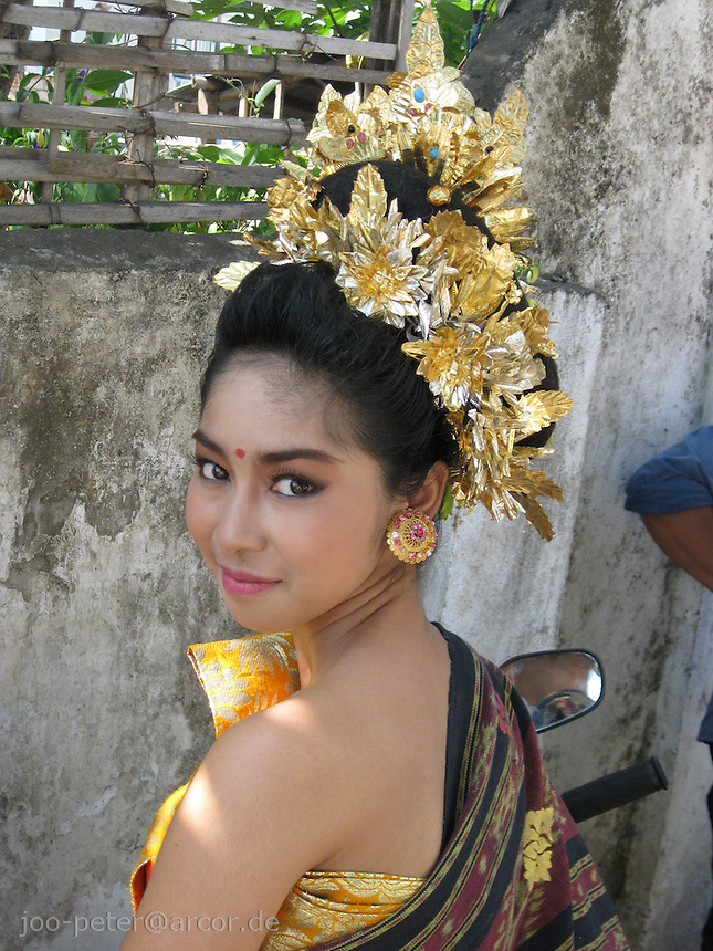 woman  representing  her region in independance day parade, dressed as a traditionel dancer, August 18th, Singaraja, North Bali, archipelago Indonesia, 2009