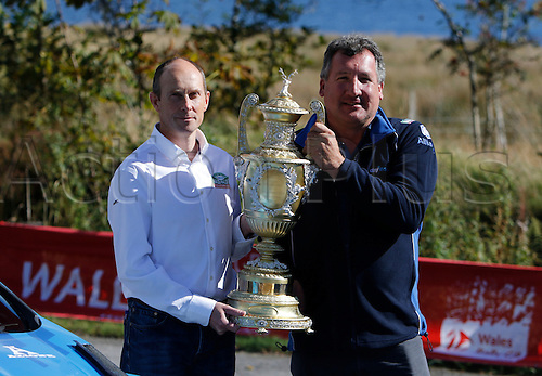 22.09.2016. Llyn Brenig Visitor Centre, Cerrigydrudion, Wales. Wales Rally GB Media Day. Event organiser Ben Taylor (left) and Dennis Ryan (right) of event sponsors DayInsure pose with the event trophy.