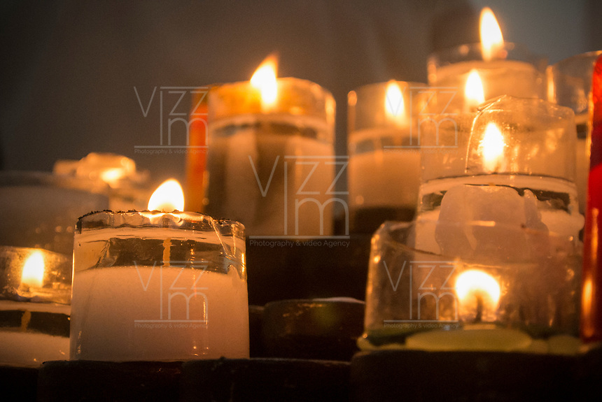 GUACARI - COLOMBIA: 19-04-2018. Veladoras son vistas durante el viernes santo en la población de Guacarí, Valle del Cauca, Colombia, de la semana santa para los cristianos. / Candles are seen during the holy Friday in  the town of Guacari, Valle del Cauca, Colombia as part of Easter Week to the Christians.  Photo: VizzorImage / Gabriel Aponte / Staff