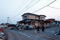 XSM001 HIRONO (JAPÓN) 14/03/2011.- Varios residentes inspeccionan los daños producidos por el terremoto en la localidad de Hirono, en el noreste de Japón, hoy, lunes 14 de marzo de 2011. Un total de 1.833 personas murieron y otras 2.369 se encuentran desaparecidas a causa del grave seísmo de 9 grados en la escala Richter sucedido el viernes y posterior tsumani, de acuerdo con el último recuento policial. EFE/Stephen Morrison.