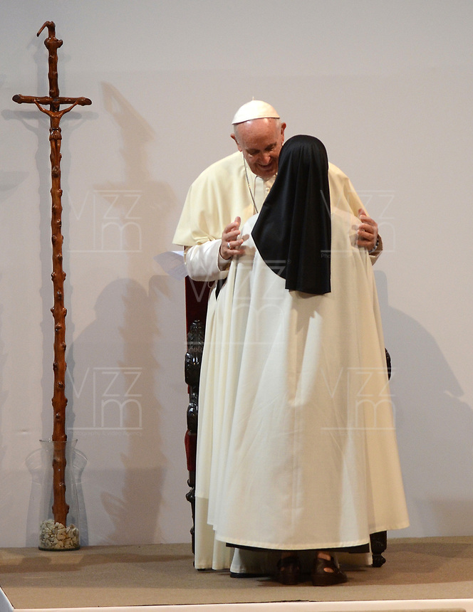 MEDELLÍN - COLOMBIA, 09-09-2017:  El Papa Francisco abraza a una monja durante su encuentro religioso en la plaza la Macarena en Medellín. El Papa Francisco realiza la visita apostólica a Colombia entre el 6 y el 11 de septiembre de 2017 llevando su mensaje de paz y reconciliación por 4 ciudades: Bogotá, Villavicencio, Medellín y Cartagena. / Pope Francis hugs to a nun during his religious meet at La Macarena in Medellin. Pope Francisco makes the apostolic visit to Colombia between September 6 and 11, 2017, bringing his message of peace and reconciliation to 4 cities: Bogota, Villavicencio, Medellin and Cartagena. Photo: VizzorImage / Leon Monsalve / Cont