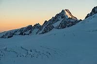 Sunrise over mountain ranges of Southern Alps with Explorer Glacier crevasses in upper parts of Fox Glacier NEVE, Tasman Sea on horizon, Westland Tai Poutini National Park, West Coast, UNESCO World Heritage Area, New Zealand, NZ