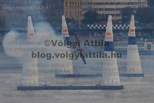0608205006 Red Bull Air Race international air show on the national holiday over the river Danube accompanying the anniversary of Hungarian state foundation. Budapest, Hungary. Sunday, 20. August 2006. ATTILA VOLGYI