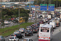 SAO PAULO, SP, 28/03/2013, TRANSITO MARGINAL TIETE. Transito na Marginal Tiete sentidoRod. Ayrton Senna na tarde  dessa Quinta-Feira (28) vespera do feriado de Pascoa. LUIZ GUARNIERI/  BRAZIL PHOTO PRESS.