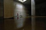 AMSTERDAM - In Amsterdam neemt op dertig meter diepte een medewerker van projectbureau Noord/Zuidlijn een telefoontje aan tijdens controle van waterovlast in de betonnen startschacht voor de tunnelboormachine. Het zestig meter lange blok beton is tegenover het station gebouwd en in de grond gezonken na het wegspuiten van de bodem. Naar verwachting wordt volgend jaar hier de tunnelboormachine opgebouwd die dwars door de muur en de Amsterdamse bodem zijn metrolijn gaat boren. COPYRIGHT TON BORSBOOM