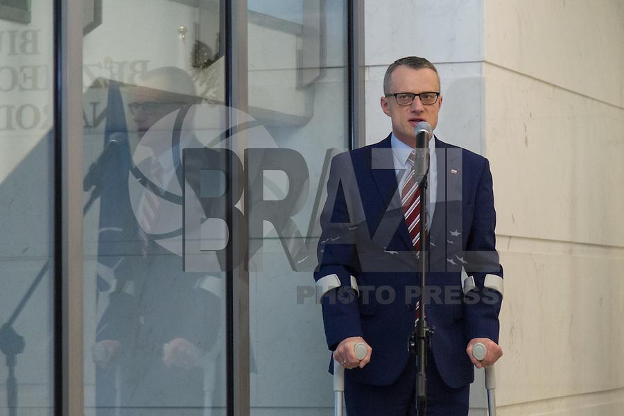 WARSAW, POLONIA, 22.03.2016 - TERRORISMO-EUROPA - Flores são deixadas na embaixada da Belgica em Warsaw na Polonia nesta terça-feira, 22. (Foto: Mateusz Wlodarczyk/Brazil Photo Press)