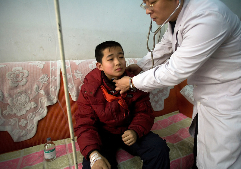 Doctor Pei Hongchuan, examines Zhai Lisheng, who is suffering from a respiratory illness due to the intense pollution in Linfen.