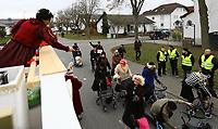"""Büttelborn 03.03.2019: Rosensonntagsumzug<br /> Prinzessin Gisela lässt den """"Rentnern"""" aus Hoerdt etwas Popcorn zukommen<br /> Foto: Vollformat/Marc Schüler, Schäfergasse 5, 65428 R'eim, Fon 0151/11654988, Bankverbindung KSKGG BLZ. 50852553 , KTO. 16003352. Alle Honorare zzgl. 7% MwSt."""