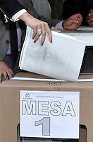 BOGOTA - COLOMBIA - 09-03-2013: Los colombianos elegirán por voto directo en las urnas 102 nuevos miembros del Senado de la República, 166 representantes a la Cámara de Representantes y 5 representantes al Parlamento Andino. / Colombians will elect by direct vote at the polls 102 new members of the Senate, 166 representatives to the House of Representatives and five representatives to the Andean Parliament. Photo: VizzorImage / Luis Ramirez / Staff.
