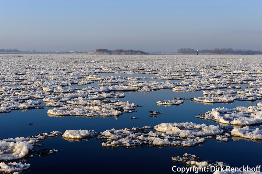 Eisschollen auf der Elbe in Hamburg-Blankenese, Deutschland