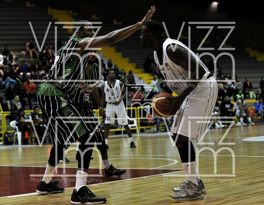 BOGOTA - COLOMBIA - 26-04-2013: Fahnbulleh (Der.) de Piratas de Bogotá, disputa el balón con Crawford (Izq.) de Academia de la Montaña de Medellin, abril 26 de 2013. Piratas y Academia de la Montaña en partido de la quinta fecha de la fase II de la Liga Directv Profesional de baloncesto en partido jugado en el Coliseo El Salitre. (Foto: VizzorImage / Luis Ramírez / Staff). Fahnbulleh (R) of Piratas from Bogota, fights for the ball with Crawford (L) of Academia de la Montaña from Medellin, April 26, 2013. Piratas and Academia de la Montaña in the fifth match of the phase II of the Directv Professional League basketball, game at the Coliseum El Salitre. (Photo: VizzorImage / Luis Ramirez / Staff).