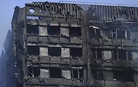 FA096 LONDRES (REINO UNIDO) 14/06/2017. - Vista de los daños causados por el incendio declarado en la Torre Grenfell en Lancaster West Estate en Londres (Reino Unido) hoy, 14 de junio de 2017. La policía de Londres elevó hoy a doce el número de víctimas mortales en el incendio que devoró esta noche una torre residencial y avanzó que probablemente la cifra de fallecidos aumentará en las próximas horas. EFE/Facundo Arrizabalaga